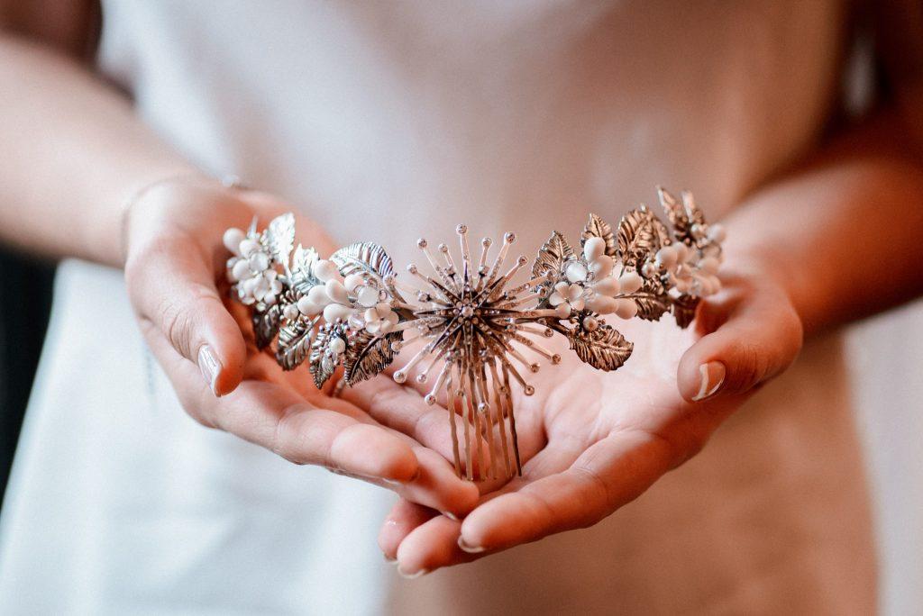 Entre cuentas y dedales tocados  para novias con estilo