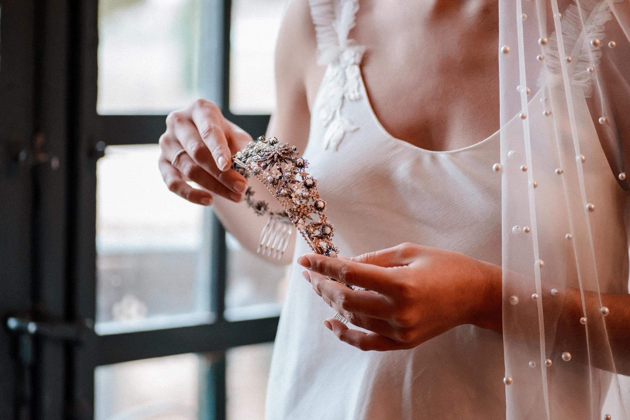 Entre Cuentas y Dedales tocados artesanos para novias con estilo
