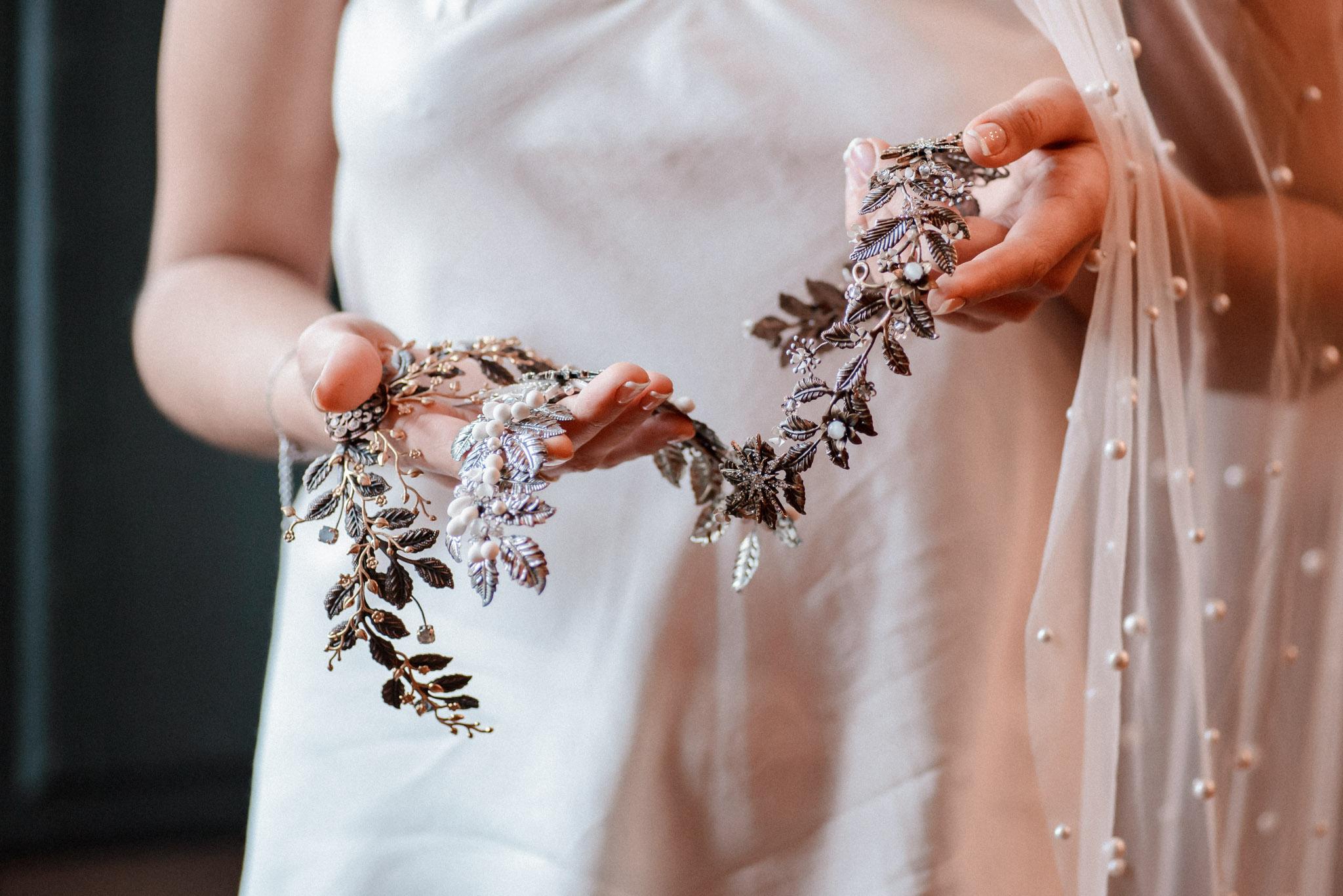 Entre Cuentas y Dedales tocados artesanos para novias hechos a mano